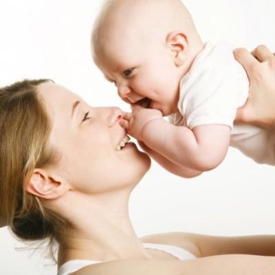 Το Χάδι της Μαμάς Μεγαλώνει Ευτυχισμένα Παιδιά